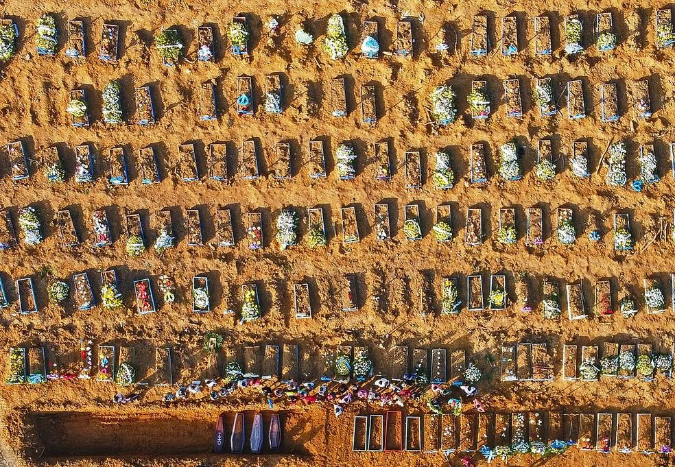 Vista aérea do sepultamento em massa de vítimas de Covid-19 no cemitério do Parque Tarumã, em Manaus. — Foto: Michael Dantas/AFP