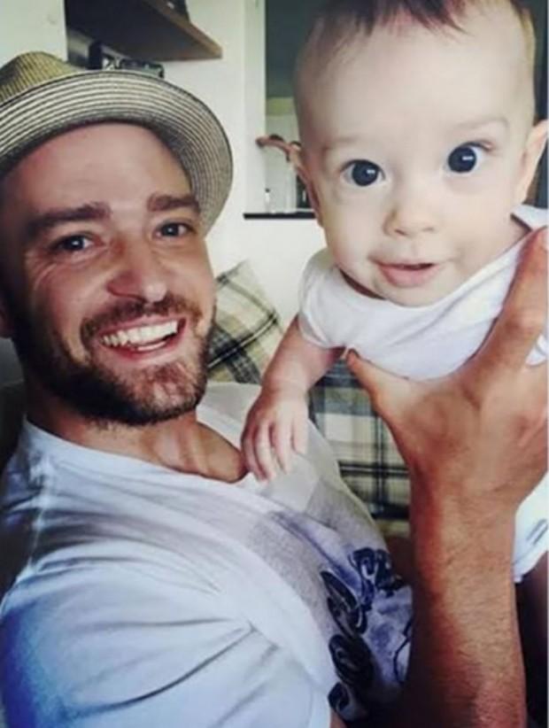 Justin Timberlake mostra foto com filho em programa nos Estados Unidos (Foto: Reprodução/Youtube)