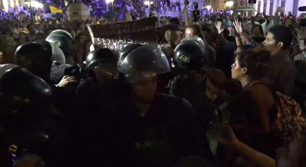 Principio de confusão entre PMs e manifestantes perto da Alerj (Foto: Marcos Serra Lima/G1)