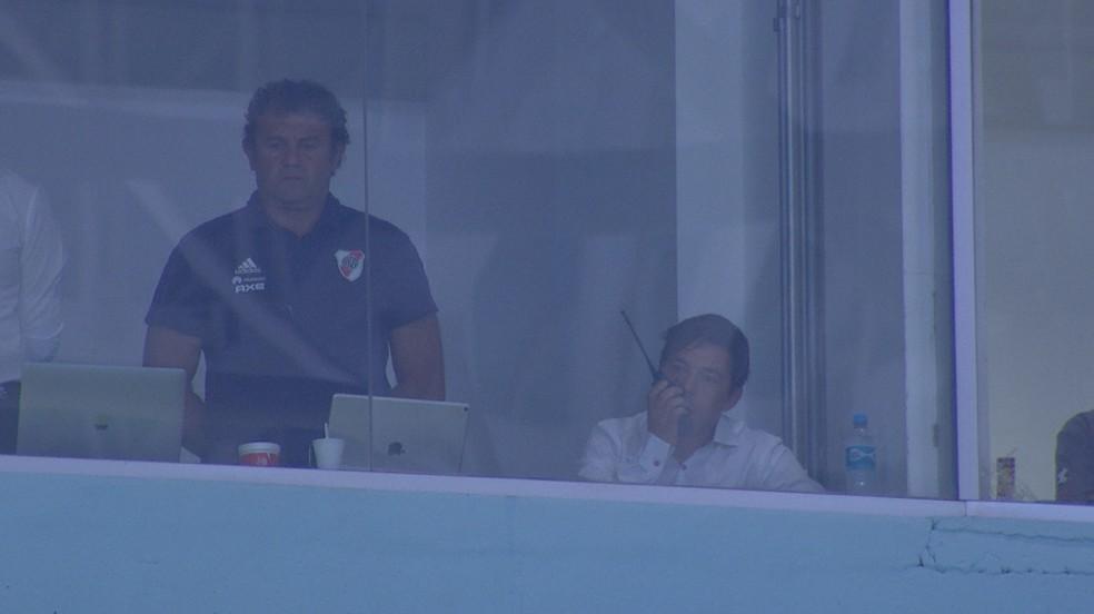 Imagem mostra Gallardo com comunicador no camarote da Arena — Foto: Reprodução