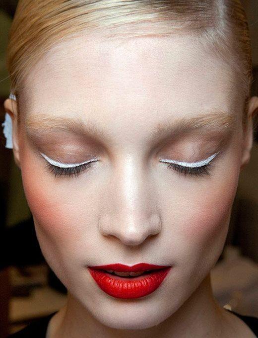 A dobradinha com batom vermelho deixa a maquiagem chique  (Foto: cortesia Pinterest)
