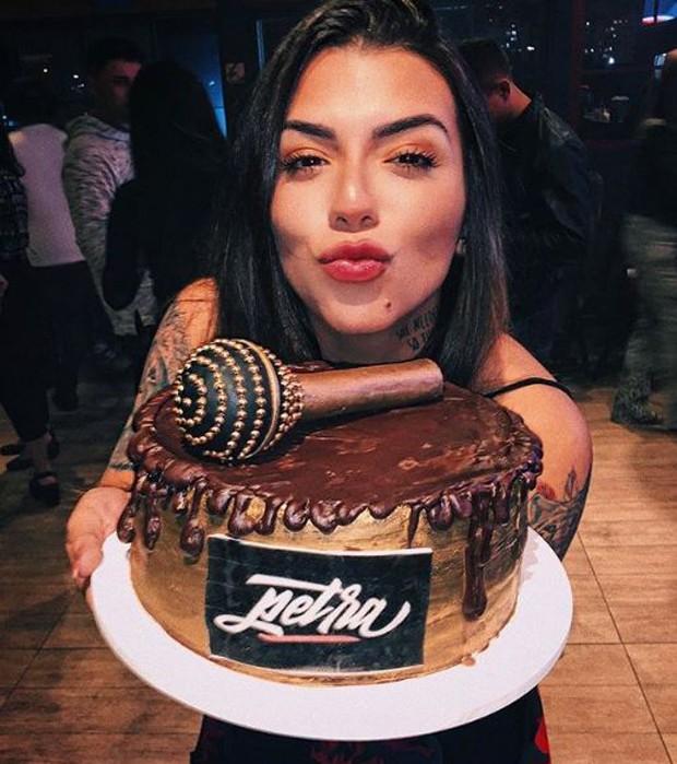 Petra com seu bolo de aniversário (Foto: Reprodução/Instagram)