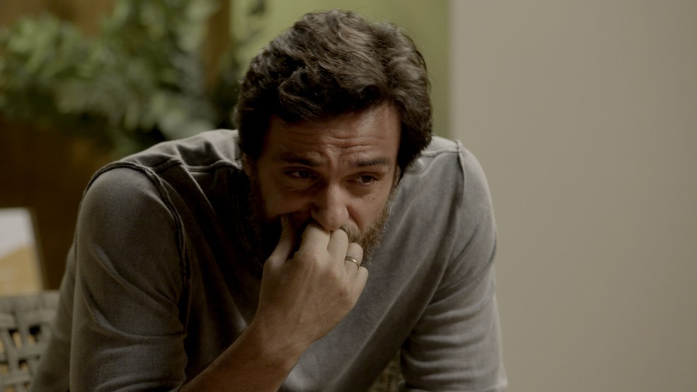 Em 'A Força do Querer, em uma conversa com  Bibi (Juliana Paes),  Caio (Rodrigo Lombardi)  diz à ex-noiva que tem certeza da culpa de Rubinho (Emilio Dantas) e que se preocupa com o futuro dela.   — Foto: TV Globo
