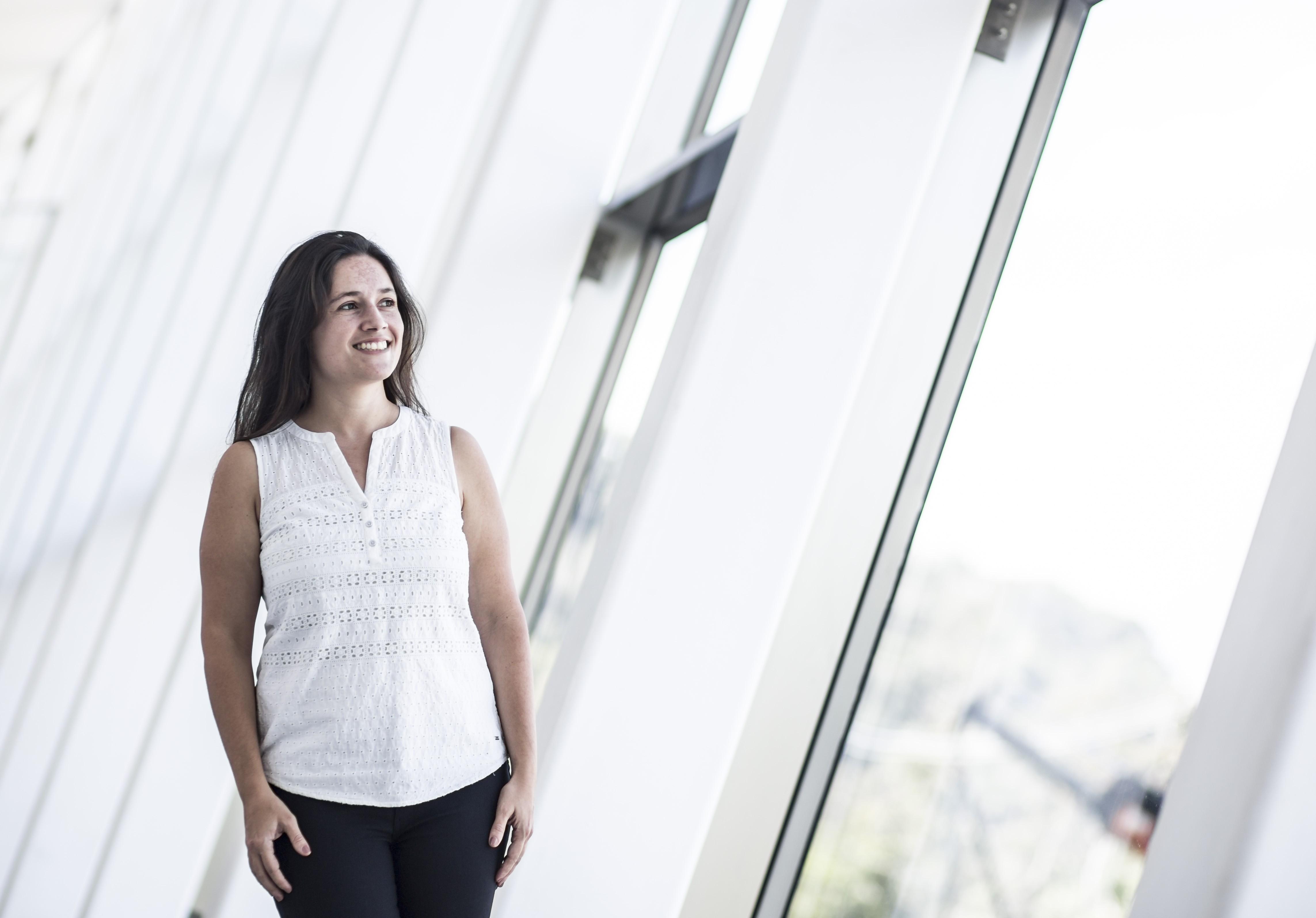 A pesquisadora Rafaela Ferreira foi contemplada por um prêmio nacional e outro internacional que incentiva mulheres na ciência. (Foto: Divulgação/L'Oréal)