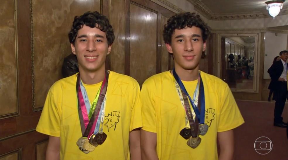 Gabriel (esq.) e Matheus mostram as medalhas que ganham em várias edições da Olimpíada Brasileira de Matemática das Escolas Públicas (Obmep) (Foto: Reprodução/TV Globo)