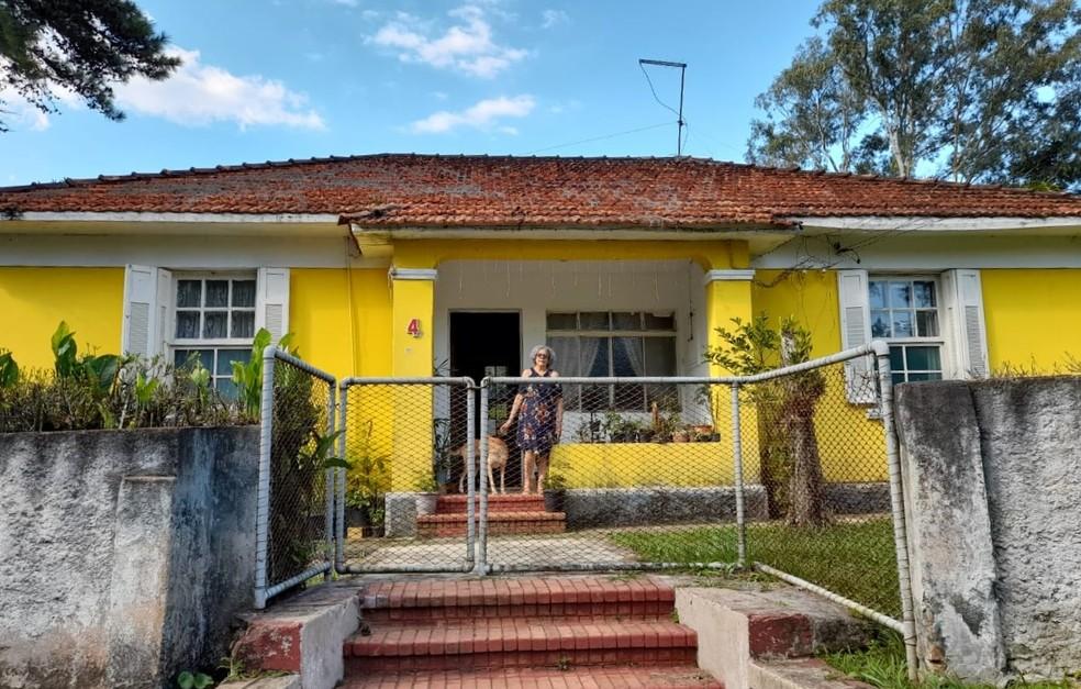 Dona Nanci em frente a casa onde mora há mais de 30 anos, no terreno do Hospital Arnaldo Pezzuti Cavalcanti, primeiro leprosário do país, mas poderá ser despejada em 3 meses pelo governo paulista. — Foto: Arquivo pessoal