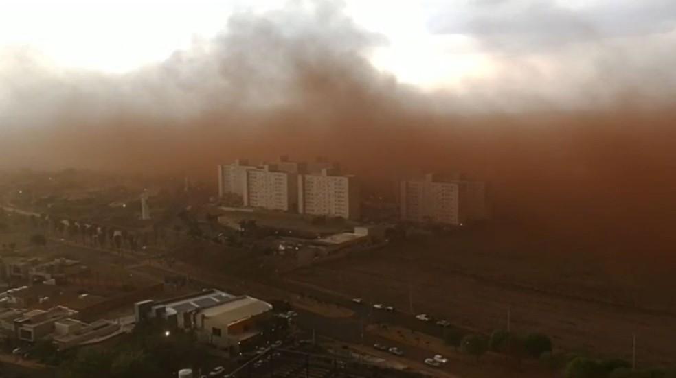 Tempestade de poeira em Ribeirão Preto, SP — Foto: Reprodução/EPTV