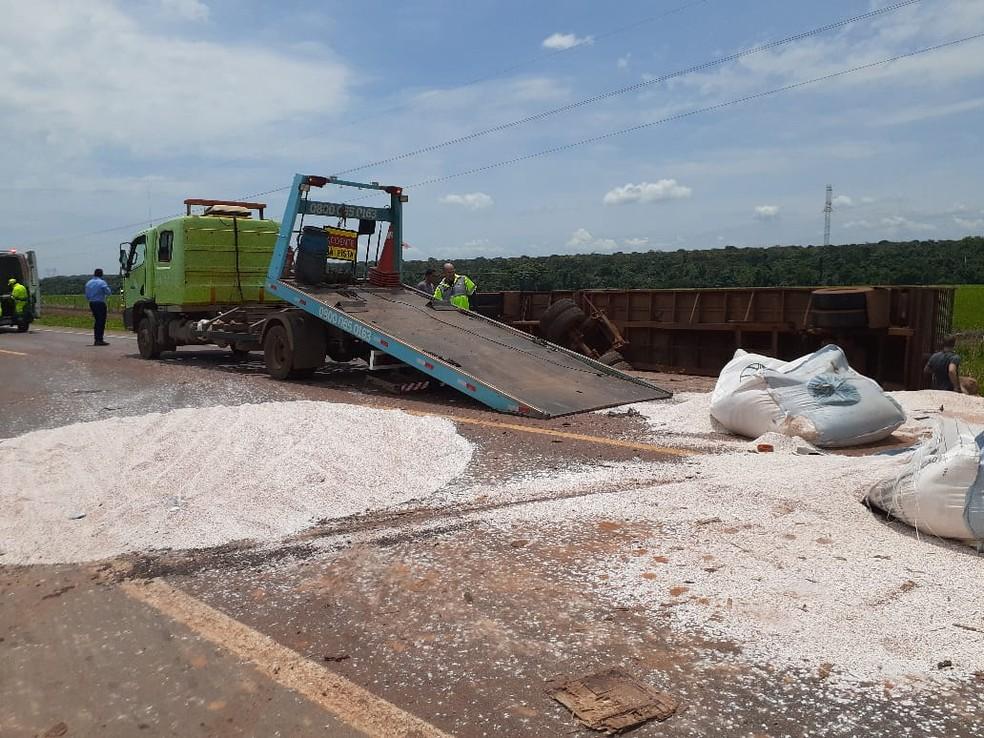 Acidente envolvendo duas carretas deixa adubo espalhado pela rodovia em MT — Foto: Divulgação