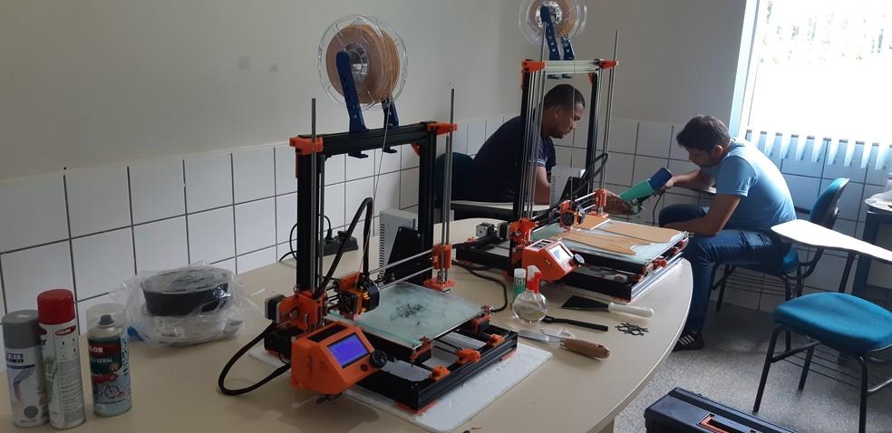 Impressão de uma única prótese leva de 15 a 20 horas, segundo a assessoria do Santa Marcelina — Foto: Toni Francis/G1