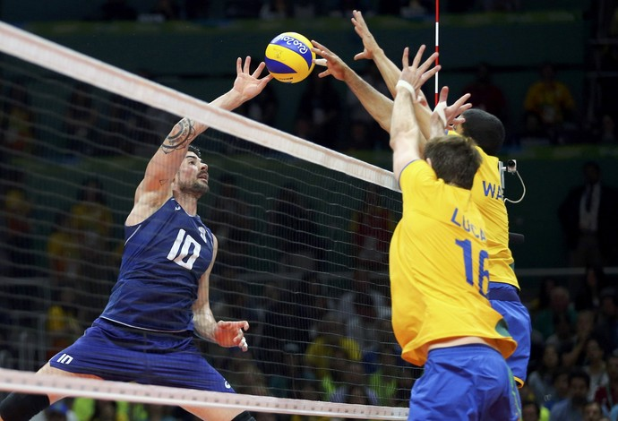 Wallace e Lucão bloqueiam ataque italiano (Foto  Dominic  Ebenbichler Reuters) faf92b9d665fe