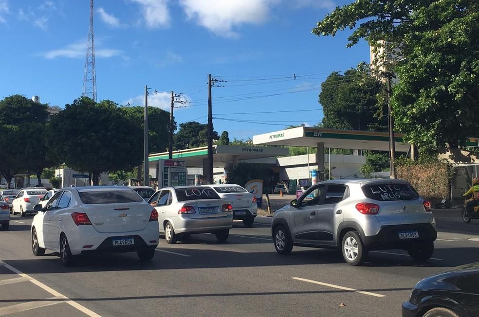 Motoristas por aplicativo fazem protesto na Bonocô, em Salvador — Foto: Isabela Cardoso/G1