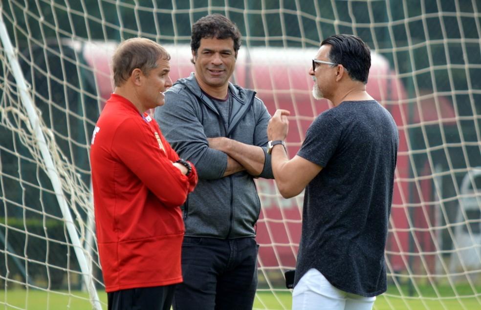 Raí ao lado de Diego Aguirre e Ricardo Rocha no CT (Foto: Érico Leonan/saopaulofc.net)