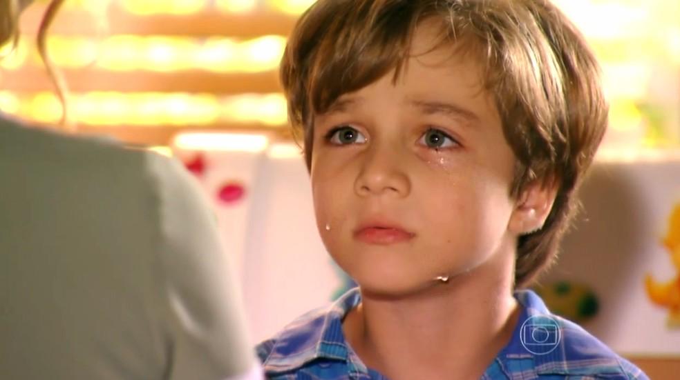 Samuca (Vitor Figueiredo) chora ao descobrir que Cassiano (Henri Castelli) é o seu pai - 'Flor do Caribe' — Foto: Gshow