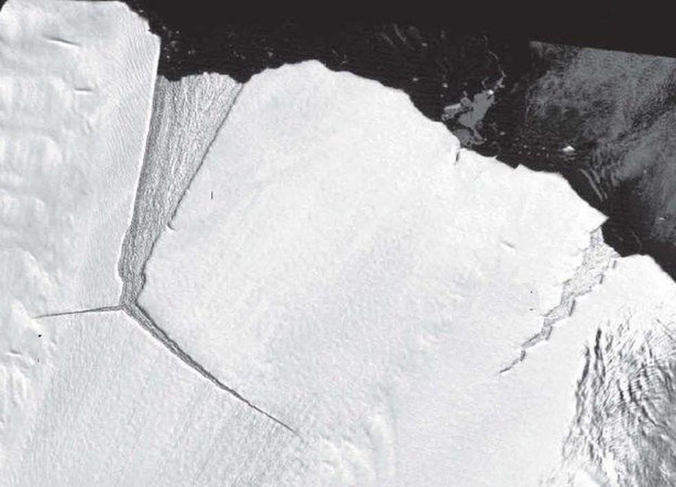 'Dente mole' retratado no início dos anos 2000; D28 é vista se formando à esquerda — Foto: Divulgação/Nasa