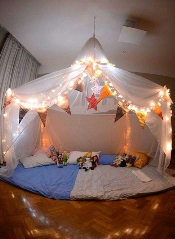 Dormir fora pode ser muito divertido: uma cabaninha na sala é irresistível (Foto: Anny Meisler)