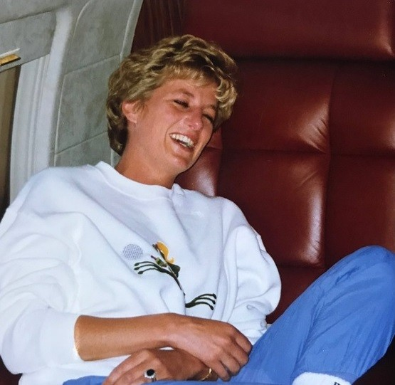 Princesa Diana de moletom (Foto: Reprodução / Twitter)