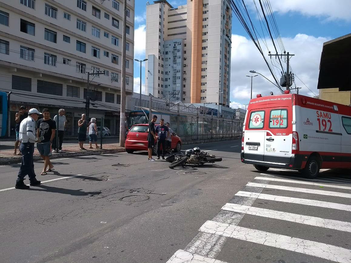 Duas pessoas ficam feridas após moto bater em carro em Juiz de Fora - Noticias