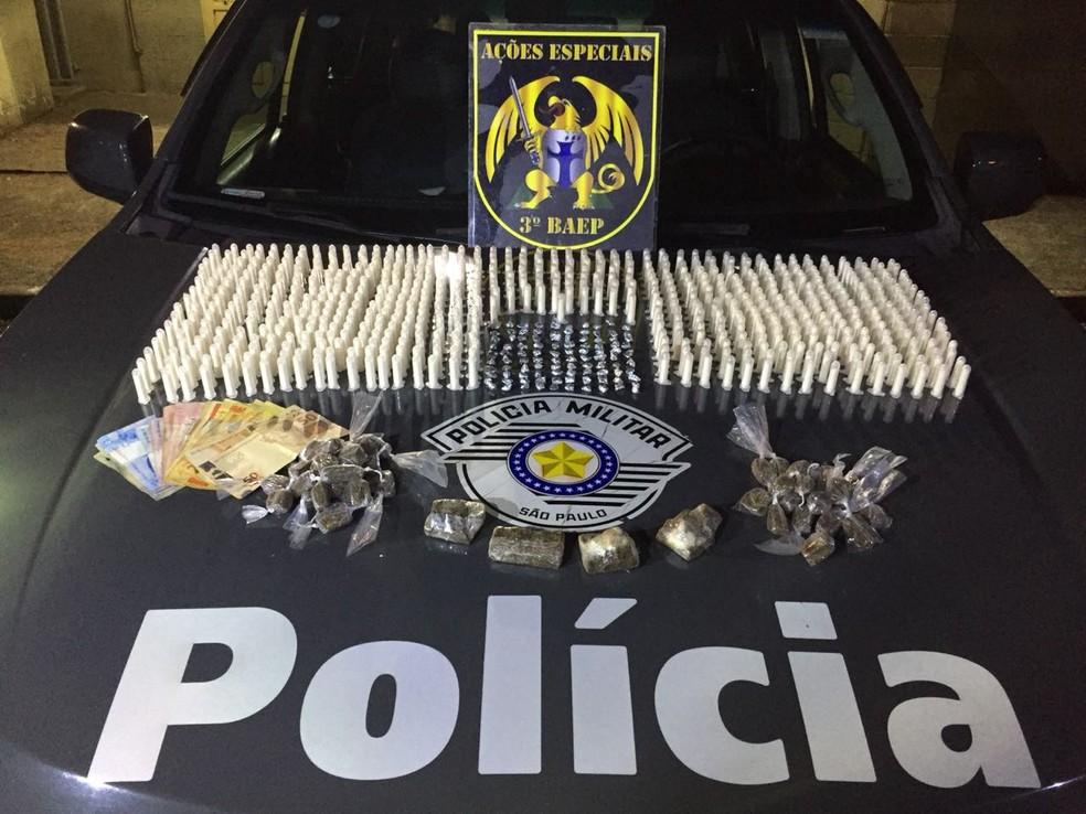 Drogas que estavam dentro de uma mochila foram apreendidas (Foto: Baep/Divulgação)