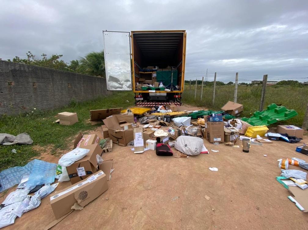 Produtos que não interessavam aos criminosos foram deixados para trás, durante saque a caminhão dos Correios na Grande Natal. — Foto: Kleber Teixeira/Inter TV Cabugi