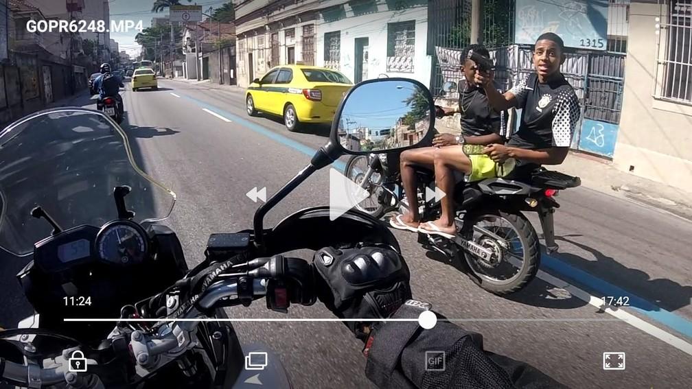 Motociclista foi baleado na perna por um dos assaltantes após entregar a moto  (Foto: Divulgação/Polícia Civil)