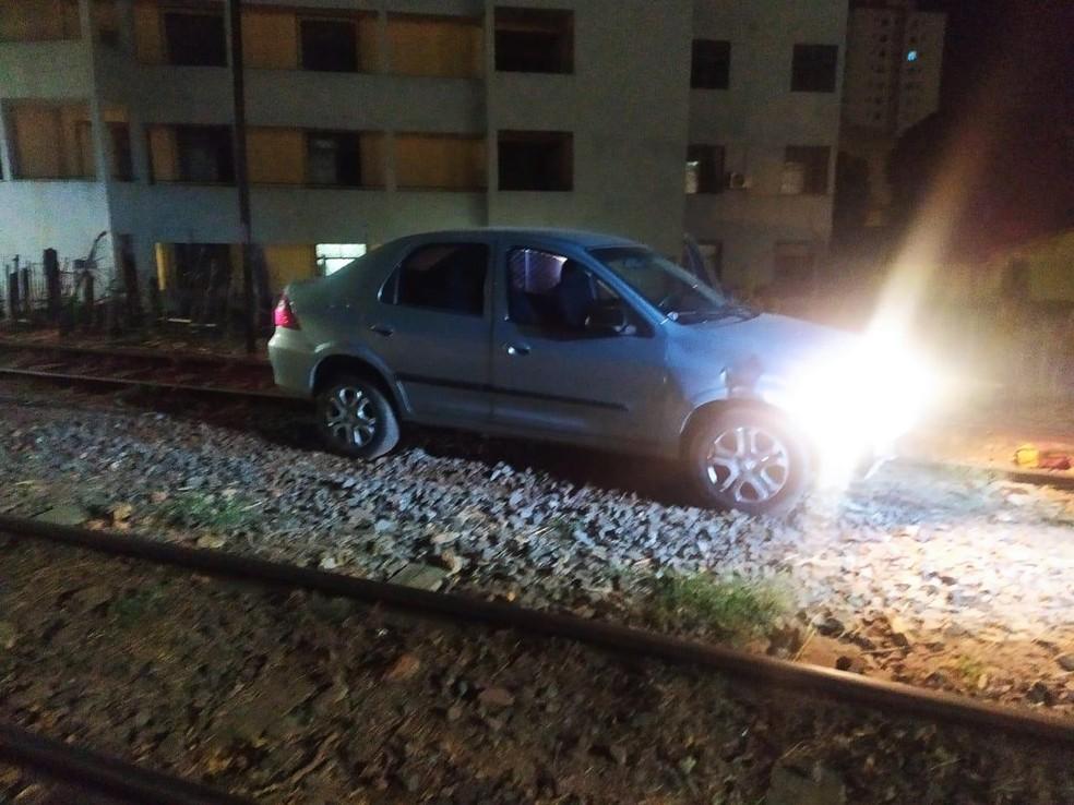Jovem furtou carro e abandonou em linha férrea — Foto: Redes sociais
