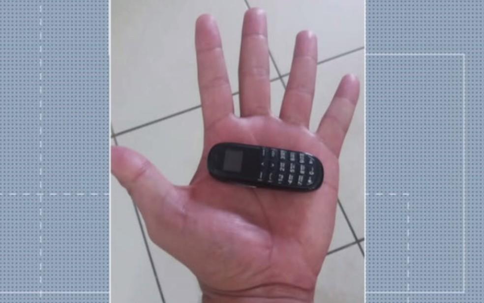 Minicelulares de 6 cm são apreendidos em presídios de Goiás — Foto: Reprodução/TV Anhanguera