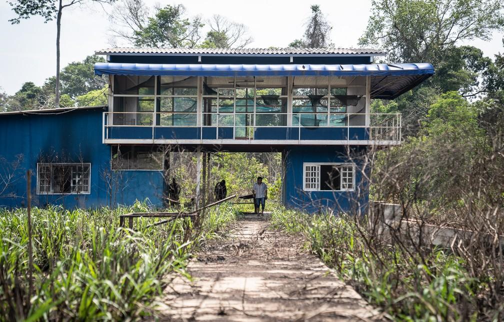 Estrutura construída para fiscalização foi destruída; paredes estão queimadas e vidros quebrados  — Foto: Fábio Tito/G1