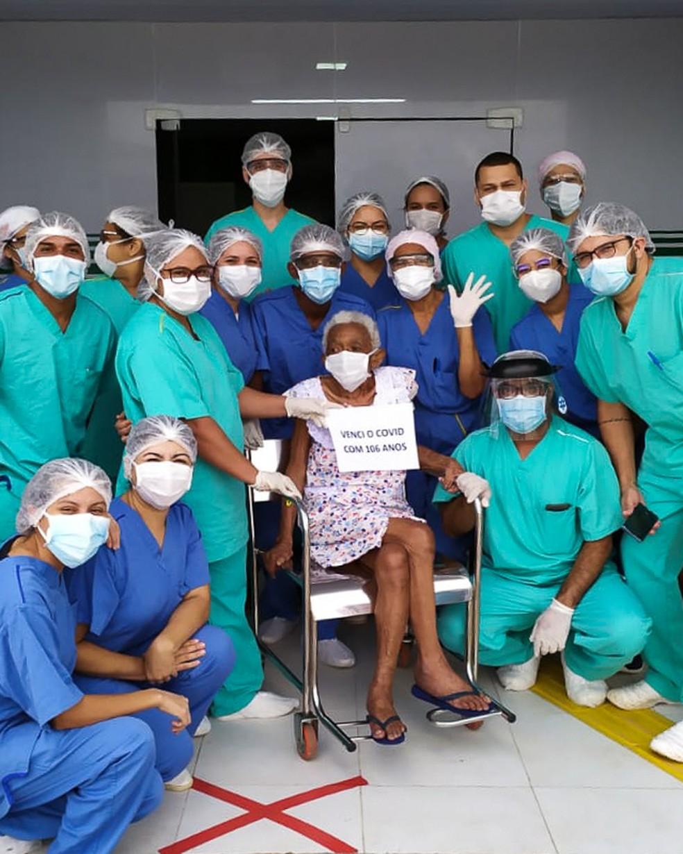 Paciente de 106 anos recebe alta de UPA recém-inaugurada em Paço do Lumiar — Foto: Divulgação