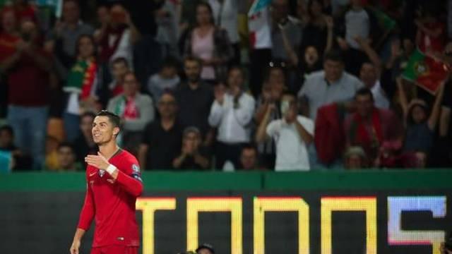 Cristiano Ronaldo comemora seu gol contra Luxemburgo