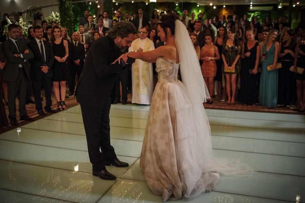 Maria Clara (Andréia Horta) chama José Alfredo (Alexandre Nero) para dançar na sua festa de casamento - 'Império' — Foto: Alex Carvalho/Globo