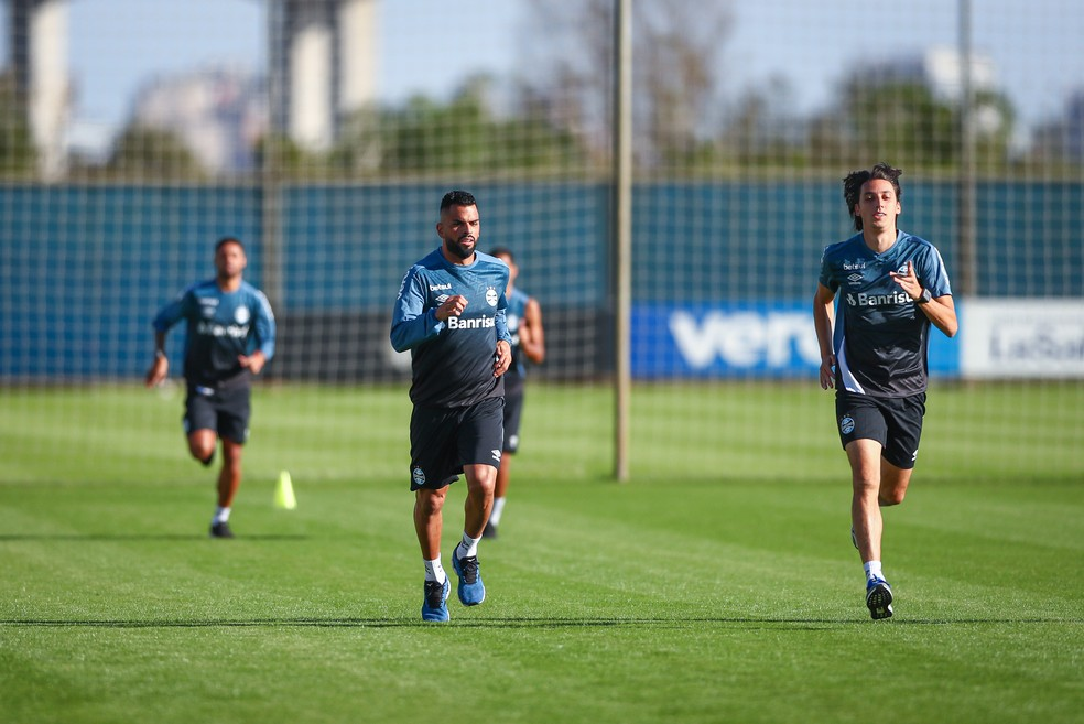Maicon e Geromel se recuperam de problemas musculares — Foto: Lucas Uebel/Grêmio