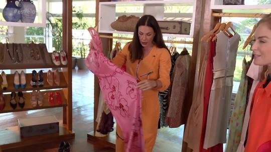 Carolina Ferraz mostra vestido que tem desde os 22 e prova que corpo está o mesmo há 26 anos