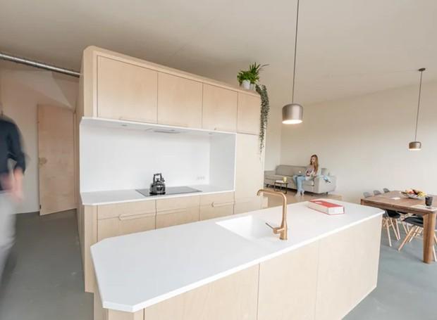 Sem comprometer a locomoção, o espaço conta com cozinha, quarto, banheiro, sala de jantar e estar (Foto: Tim Stet & Leonard Faustle/ Designboom/ Reprodução)