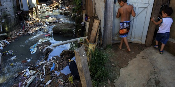Esgoto a Ceu aberto em Bairro de Osasco (Foto: Lalo de Almeida/Folhapress)