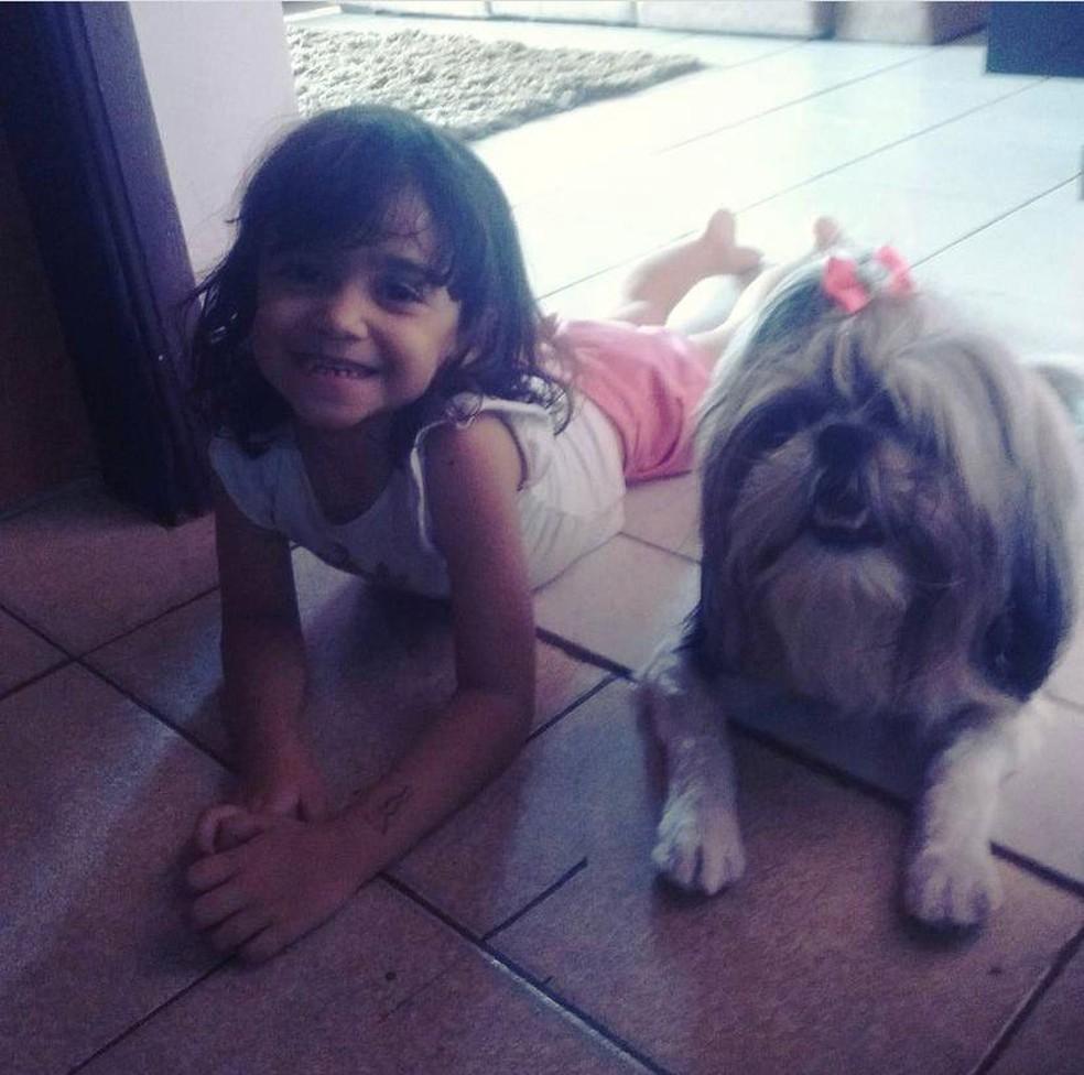 Larah e Lilica eram muito próximas. A menina ficou abalada depois da morte da cachorrinha, conta a mãe — Foto: Arquivo pessoal/ Thaynara Camargo