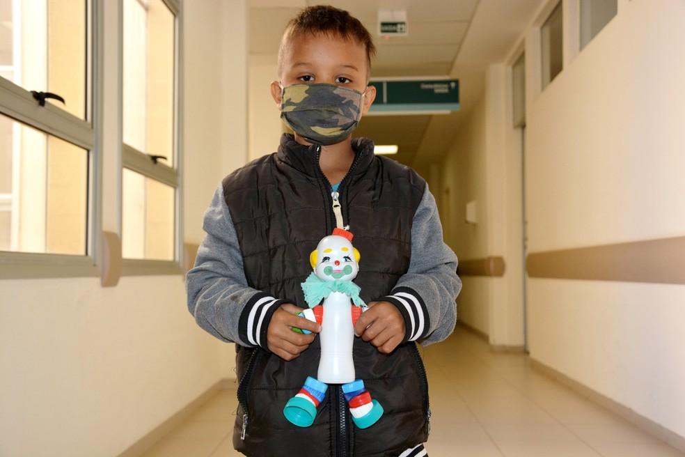Pacientes do HC de Botucatu receberam os palhacinhos do seu João no último dia 10 — Foto: HCFMB/Divulgação