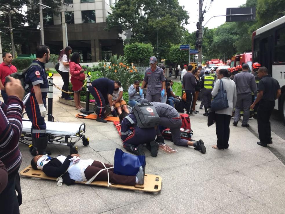 Pacientes atendidos após acidente na Marginal (Foto: Abraão Cruz e André Emateguy/TV Globo)