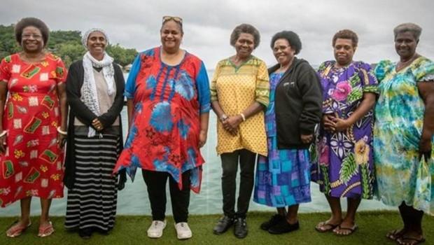 Políticas de Vanuatu criaram seu próprio partido político, com Hilda Lini (à esquerda) como sua principal candidata (Foto: CHRIS MORGAN/BBC)