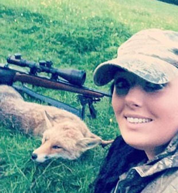 Lisa posa com raposa caçada por ela