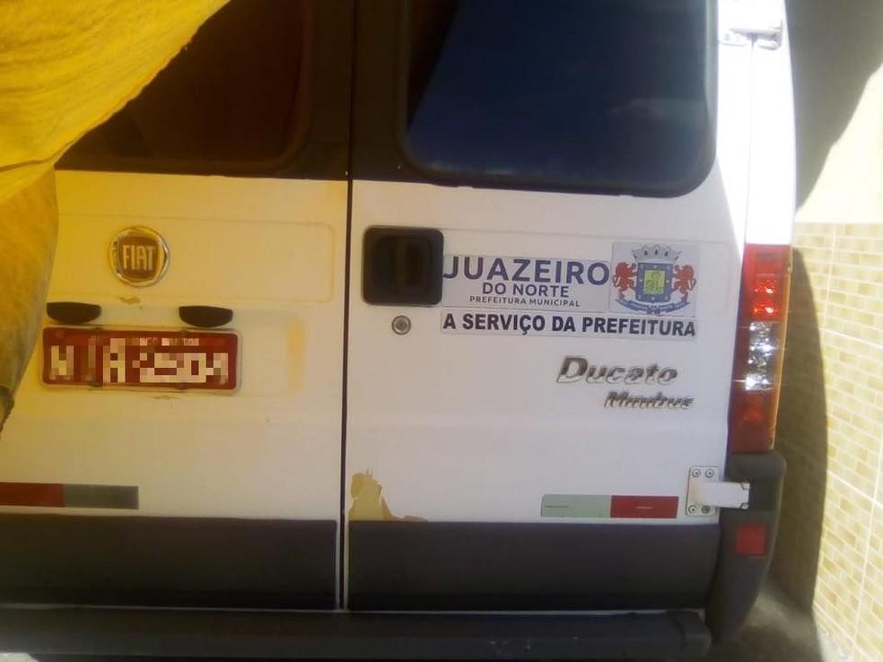 Veículo com símbolo da Prefeitura de Juazeiro do Norte em motel deveria ser utilizado apenas para prestação de serviços públicos — Foto: Arquivo pessoal