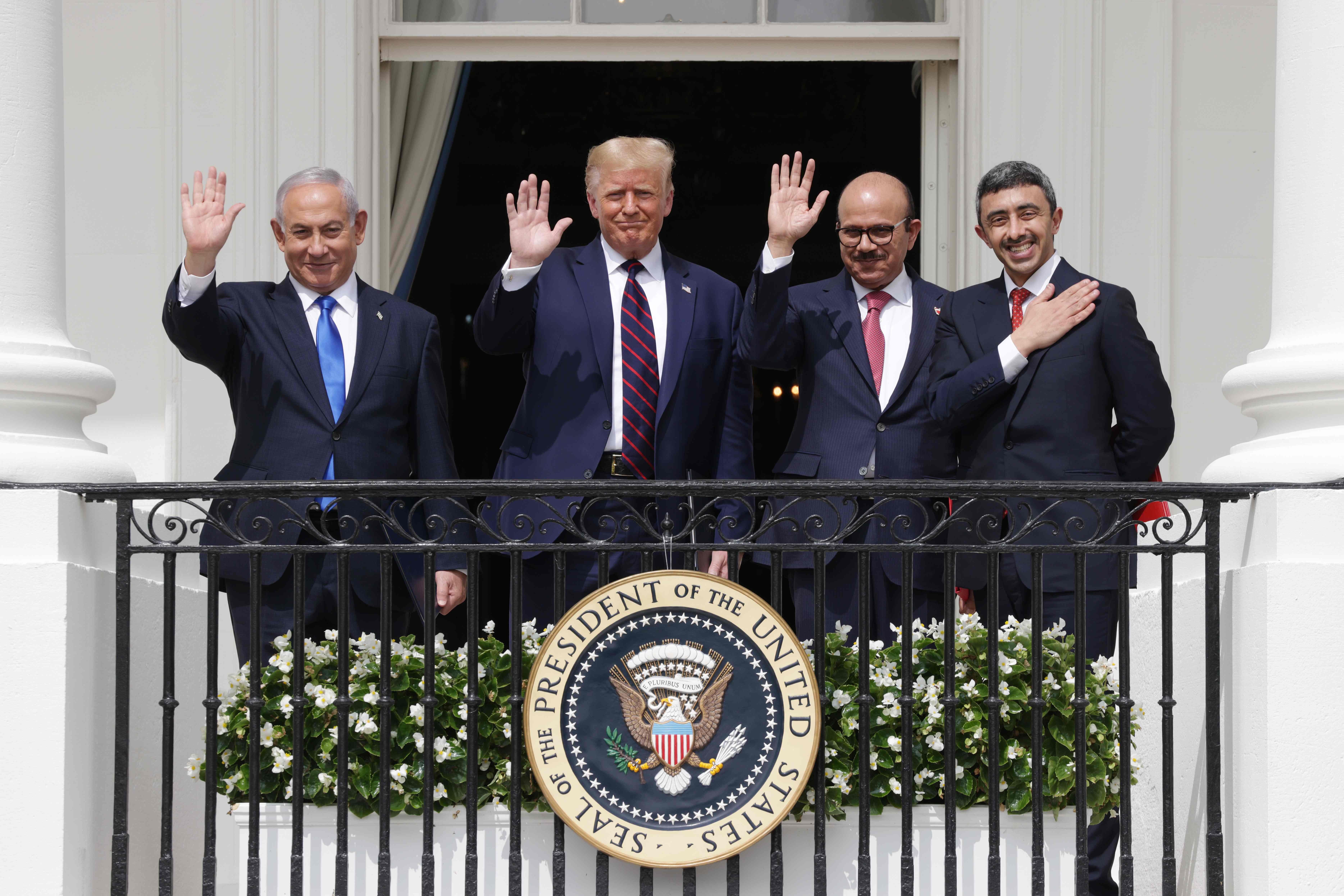 O israelense Benjamin Netanyahu, Trump, o chanceler do Bahrein Abdullatif bin Rashid Al Zayani e o chanceler dos Emirados Abdullah bin Zayed bin Sultan Al Nahyan na assinatura do acordo de normalização de relações