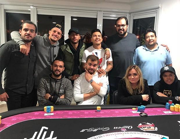 Neymar aproveita a folga para jogar pôquer com os amigos (Foto: Instagram)