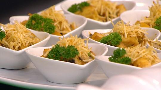 Frango com cogumelos e curry e Damascos recheados