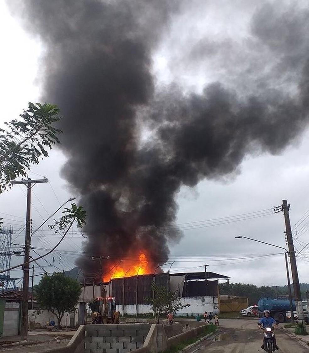 Incêndio em Guarujá nesta terça-feira (8) — Foto: Reprodução/Facebook/Guarujá Mil Grau