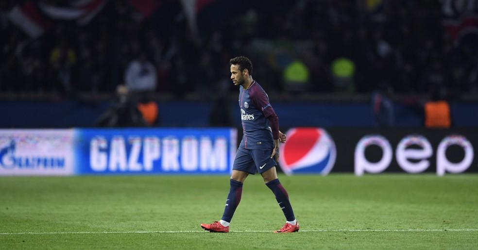 Neymar coloca a mão na coxa esquerda: incômodo não impediu que craque brasileiro atuasse no segundo tempo contra Anderlecht (Foto: AFP)