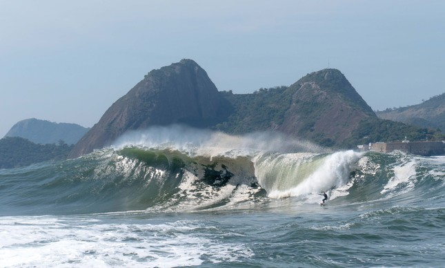 Marcelo Trekinho surfando a Laje da Besta na Baía da Guanabara