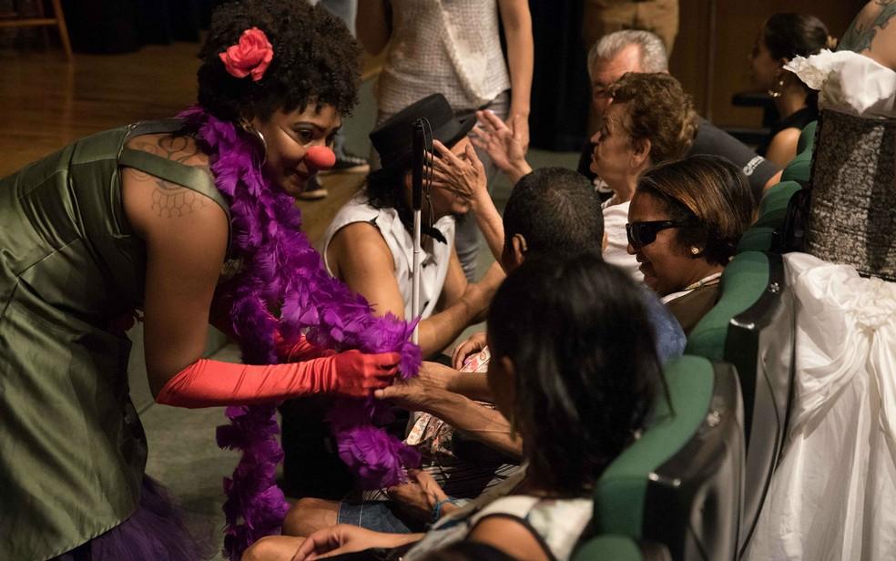 Atores interagem com plateia formada por pessoas com deficiência visual antes de apresentar espetáculo em Brasília (Foto: Thiago Sabino/Divulgação)
