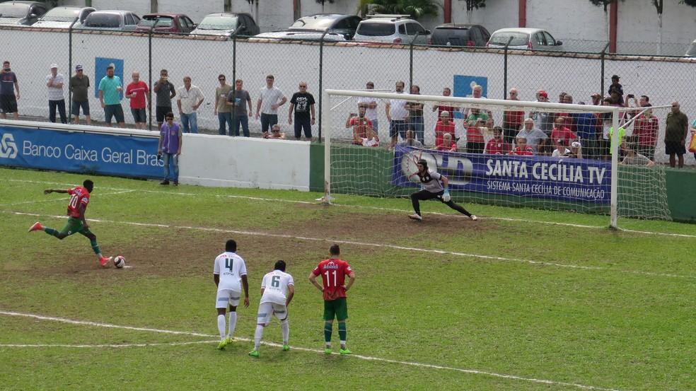 Lucas Lino abriu o placar para a Portuguesa Santista (Foto: Antonio Marcos)