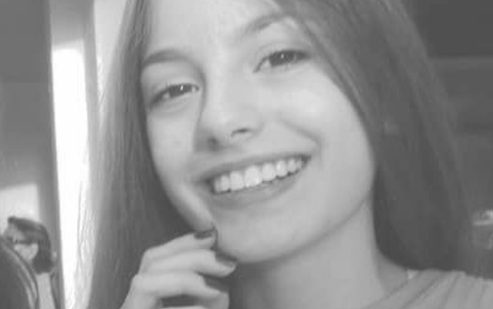 Tamires Paula de Almeida, de 14 anos, foi morta a facadas na escadaria do prédio onde morava (Foto: Reprodução/TV Anhanguera)