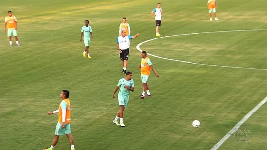 """Após primeiros treinos, Alex Alves aprova retorno de Hélio dos Anjos: """"O cara ideal"""""""